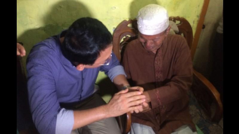 Ahok memegang tangan warga Koja penderita stroke
