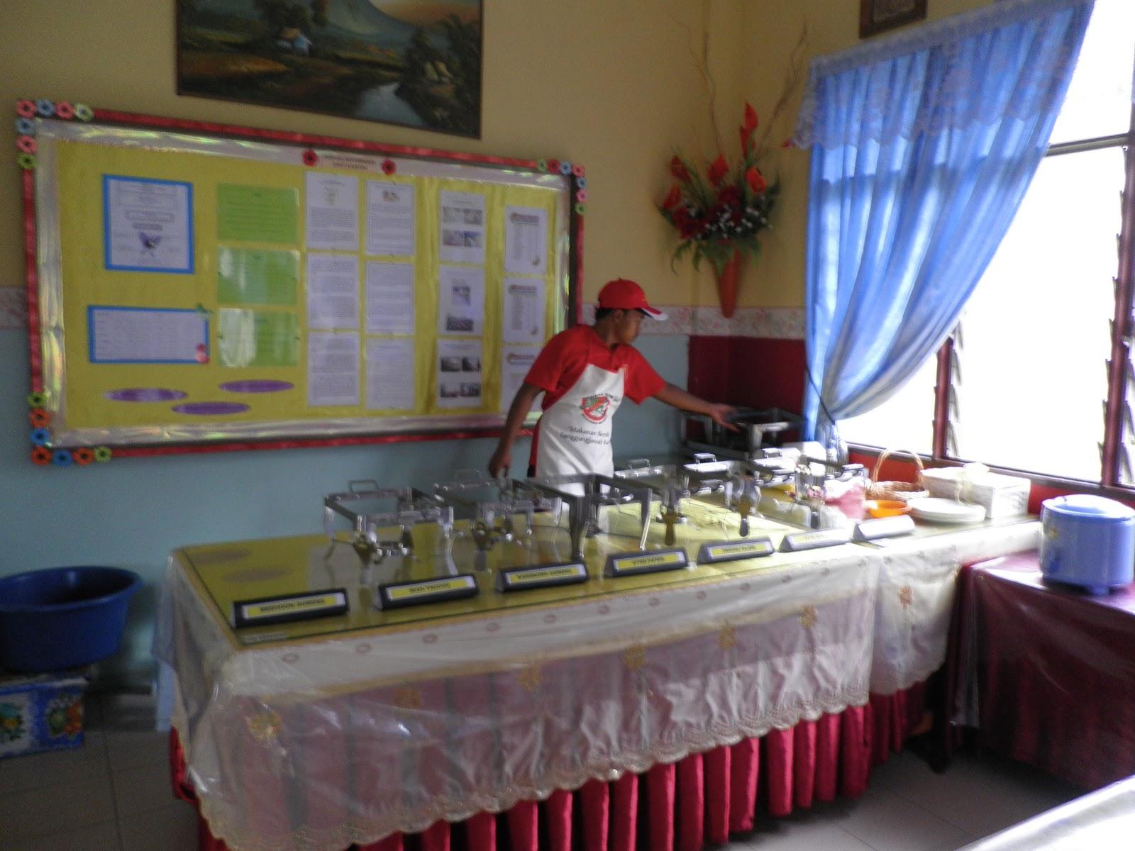 Pan Pemantau Dalam Kalangan Krew Ran Telah Berada Di Kantin Sekolah Sejak Jam 7 00 Pagi Bagi Membuat Diaan Keseluruhan Yang