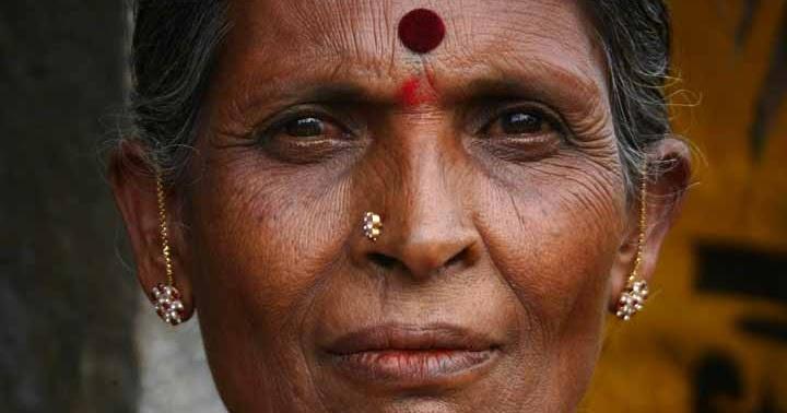 FeminIndia: Hvorfor har nogle indiske kvinder en rød plet i panden?