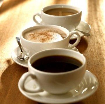 Coffee. Tres tazas de café, con sus platillos y cucharitas