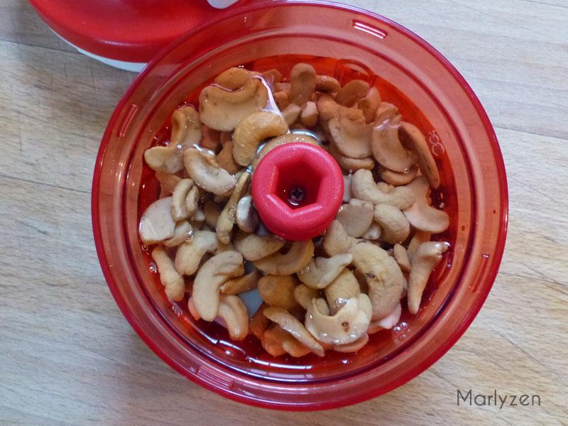 Mixez les noix de cajou avec un peu d'eau.