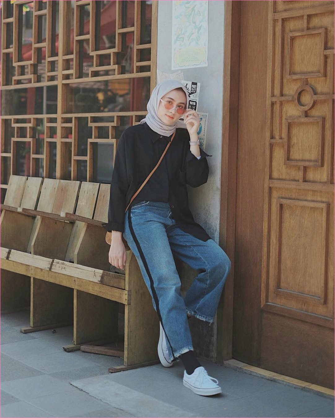 Outfit Baju Hijab Casual Untuk Kuliah Ala Selebgram 2018 sneakers kets putih jeans pallazo cullotes sobek denim kaos kaki top blouse kemeja hitam sling bags rotan hijab square kerudung segiempat krem kacamata orange muda gaya casual kain katun sutra rayon ootd 2018 outfit selebgram