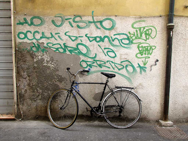 Ho visto occhi di donna guardare la corrida, I saw woman's eyes watching a bullfight, graffiti with a bicycle, Livorno