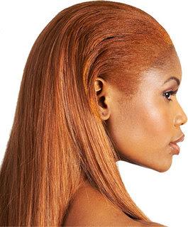 mujer afro alisado y teñido o coloreado