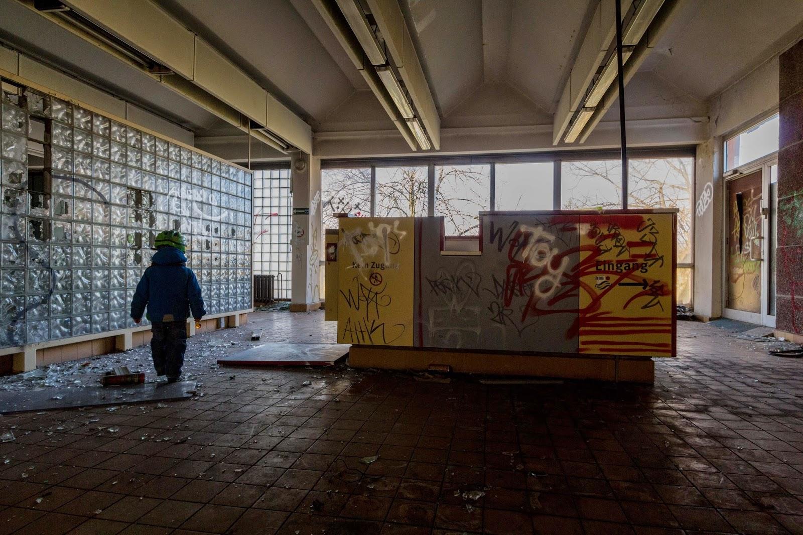 last smash pankow schwimmhalle abandoned berlin. Black Bedroom Furniture Sets. Home Design Ideas