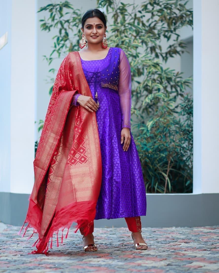 Actress Ramya Nambeesan Latest Photoshoot HD