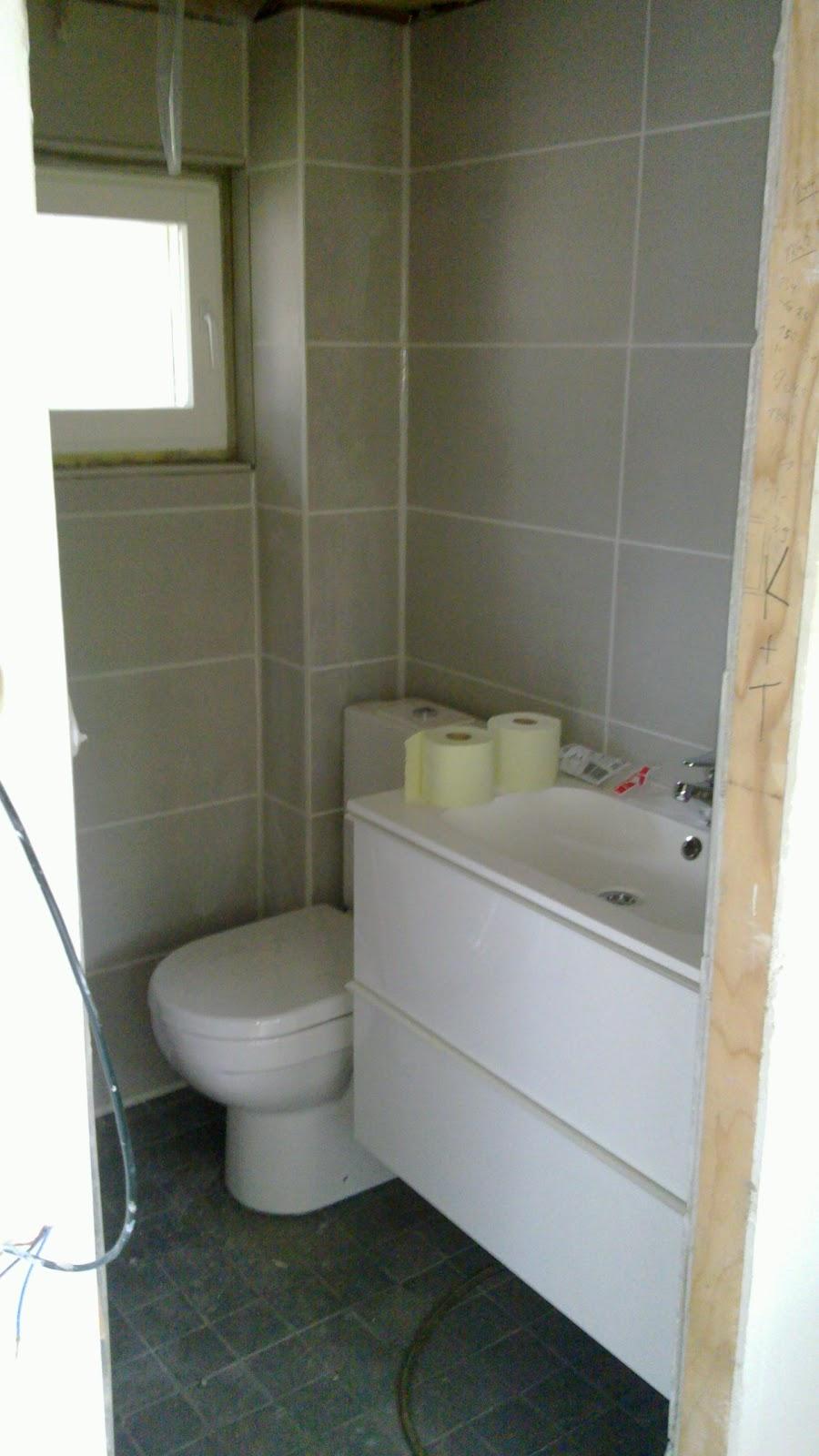 VANHAN TALON KUNNOSTUS: WC:n ikkunan ympäryksen laatoitus ja saumaus