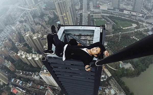 chinese daredevil rooftopper plunges -3