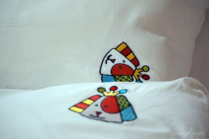 Emblem Puppies pada ujung sarung bantal