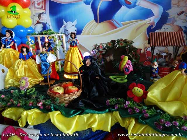 Decoração de mesa para festa de aniversário tema Branca de Neve