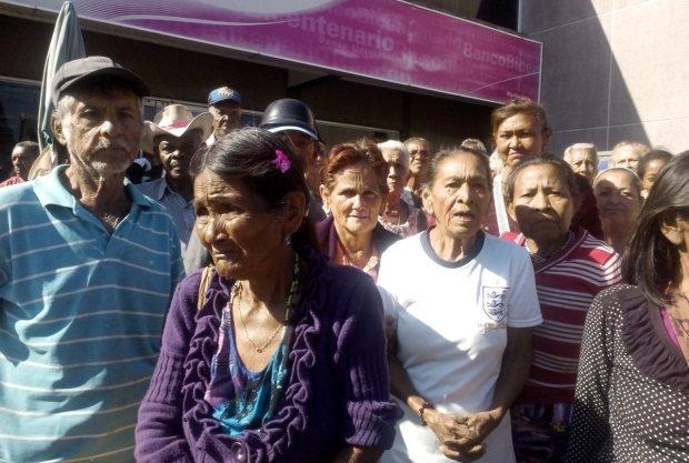 Persisten colas y reclamos de los abuelitos para cobrar su pensión