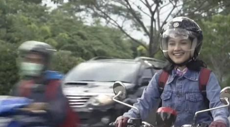 alasan pria suka mengejar wanita yang bawa motor sendiri