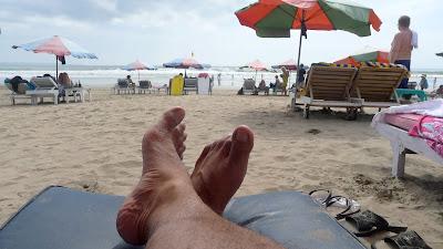 duduk santai di tepi pantai. stress pun hilang.