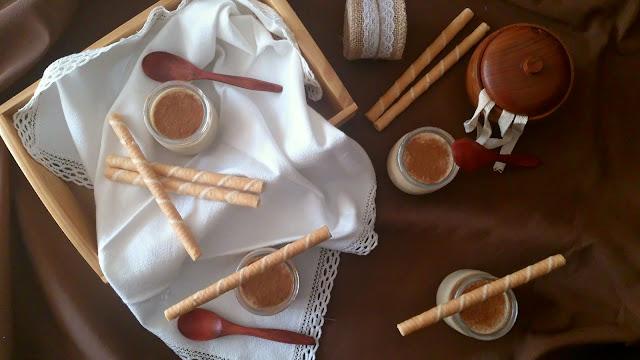 Crema de arroz con leche de soja y chocolate blanco. Postre de verano con leche vegetal, sin horno, sencillo y fresquito con canela. Cuca