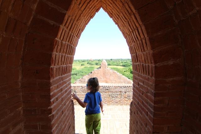 Helia aburrida en los templos de Bagan en Myanmar