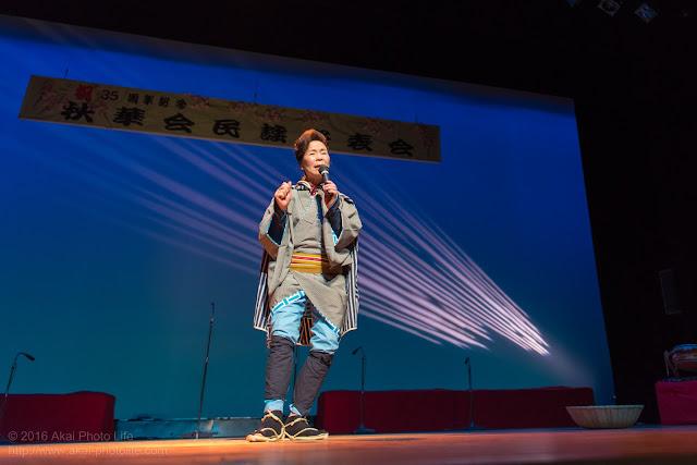 こぶしを利かせてうたう演歌歌手(初代、新津秋華さん)の写真