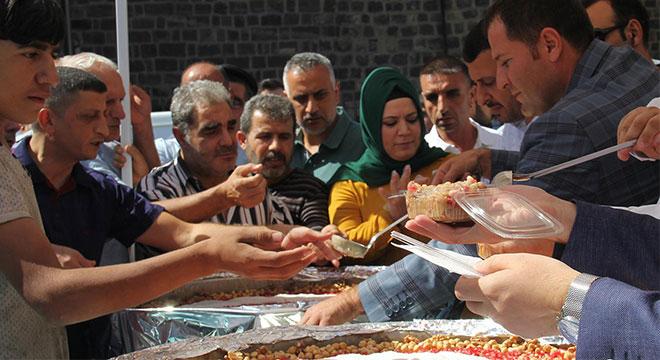 Diyarbakır'da vatandaşlara aşure dağıtıldı
