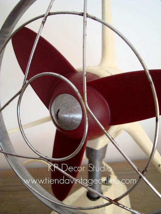 Tienda de objetos antiguos y ventiladores para decorar