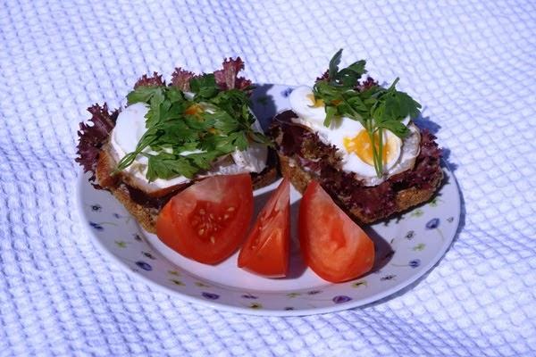 śniadanie do łżka w słoneczny dzień - jajko, kanapka, pomidory - prezent na urodziny