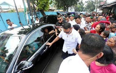 Jokowi Bagikan Hadiah ke Warga Ciracas