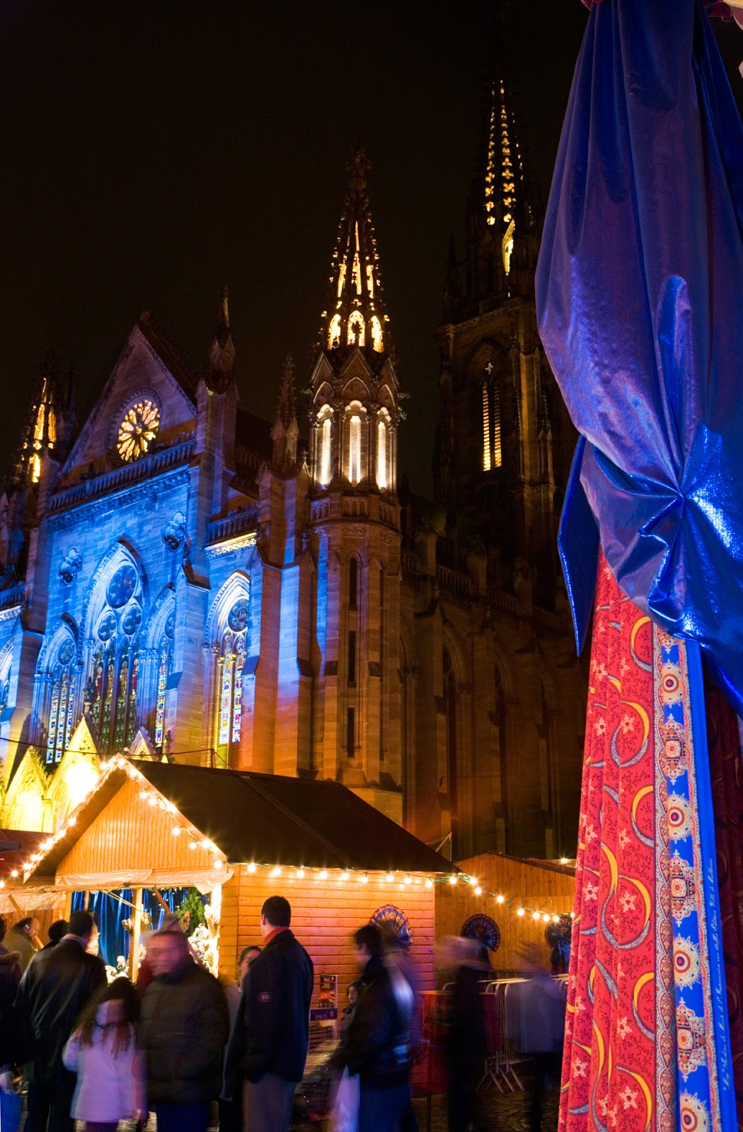 Renowned for its Christmas fabric, the Mulhouse Christmas market in Place de la Réunion is draped with festive garlands and fabrics. © CRTA - Meyer.