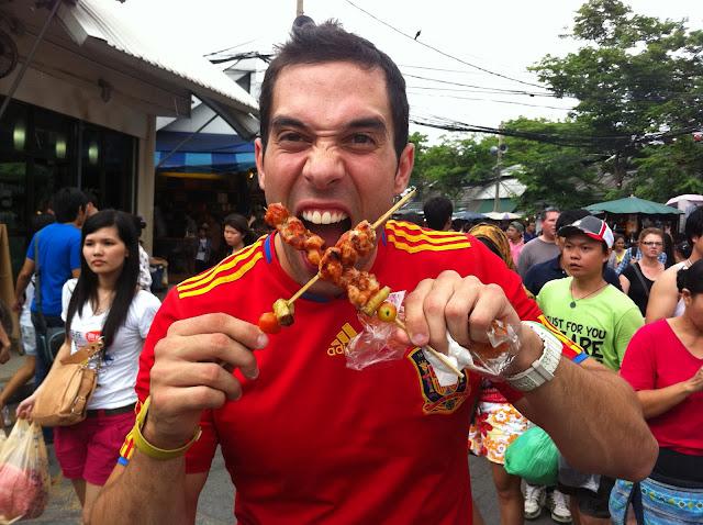 Antonio comiéndose unos pinchos de pollo