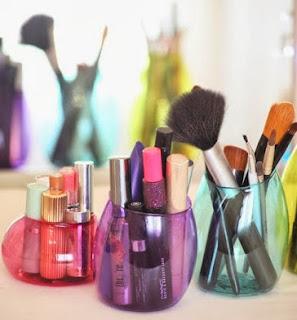 http://un-mundo-manualidades.blogspot.com.es/2014/01/diy-hermosas-botellas-de-plastico.html