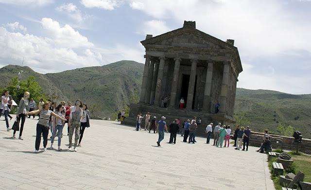 Festival de música electrónica en el templo de Garni