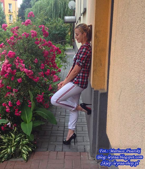 22.06.18 Białe spodnie z czerwonym lampasem, szara bokserka z dżetami, koszula w kratkę, szpilki na platformie