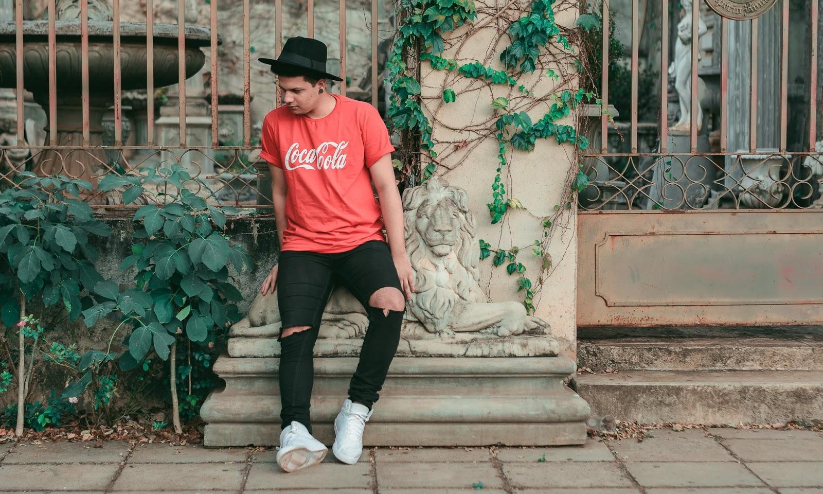 logomania moda masculina verão 2018 look com calça preta, tenis branco e camiseta vermelha