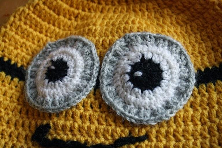 Con la lana nera ricamate la bocca e cucite i ciuffi di capelli sulla  punta. Per quello da femmina si deve anche realizzare il fiocco. 5b1379fcfd02