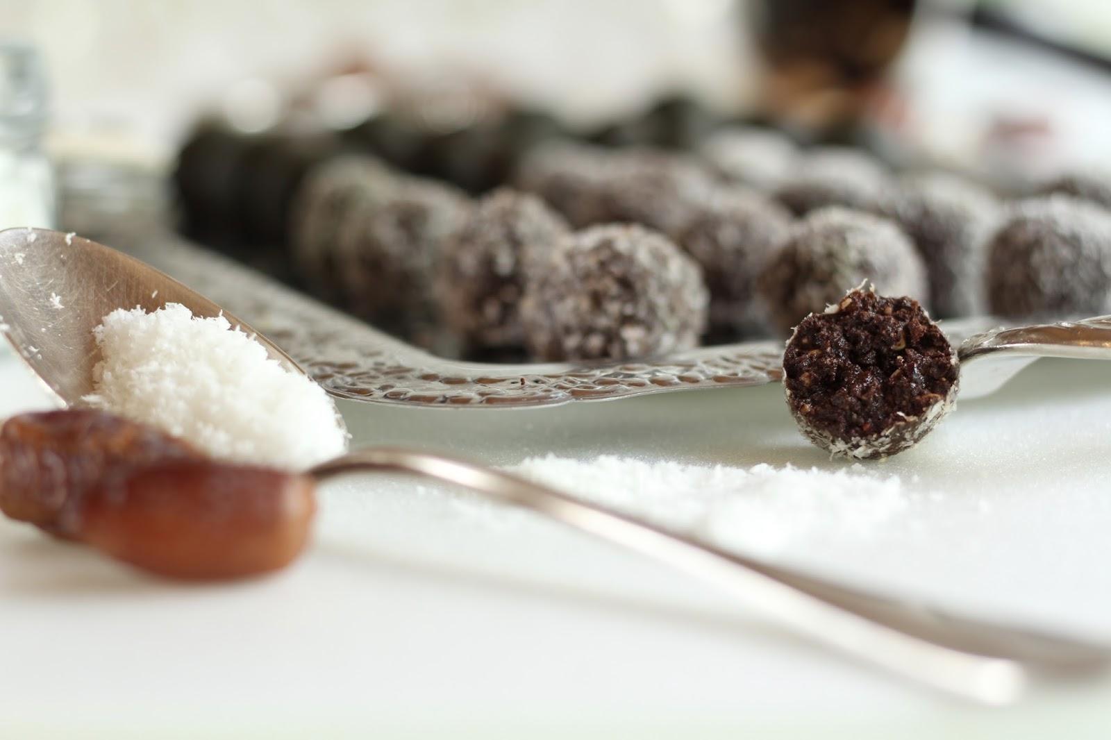 Schokoladenpralinen mit Kokos und Matcha - ohne raffinierten Zucker