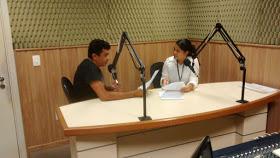 Francisco Silva  dividindo a bancada com Kelly Souto na Rádio Liberdade 99,7 FM