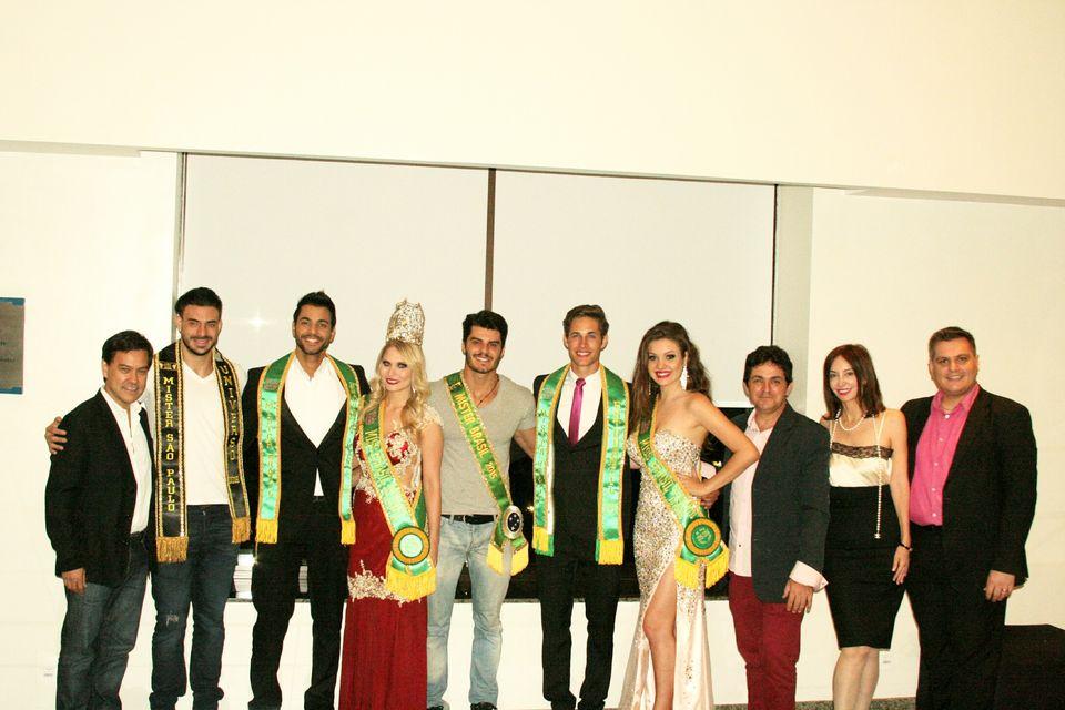Mariano Jr. posa para foto ao lado dos vencedores do concurso e convidados. Foto: Divulgação