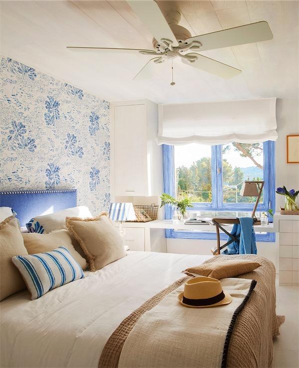 dormitorio con cabecero y papel pintado azul y blanco chicanddeco