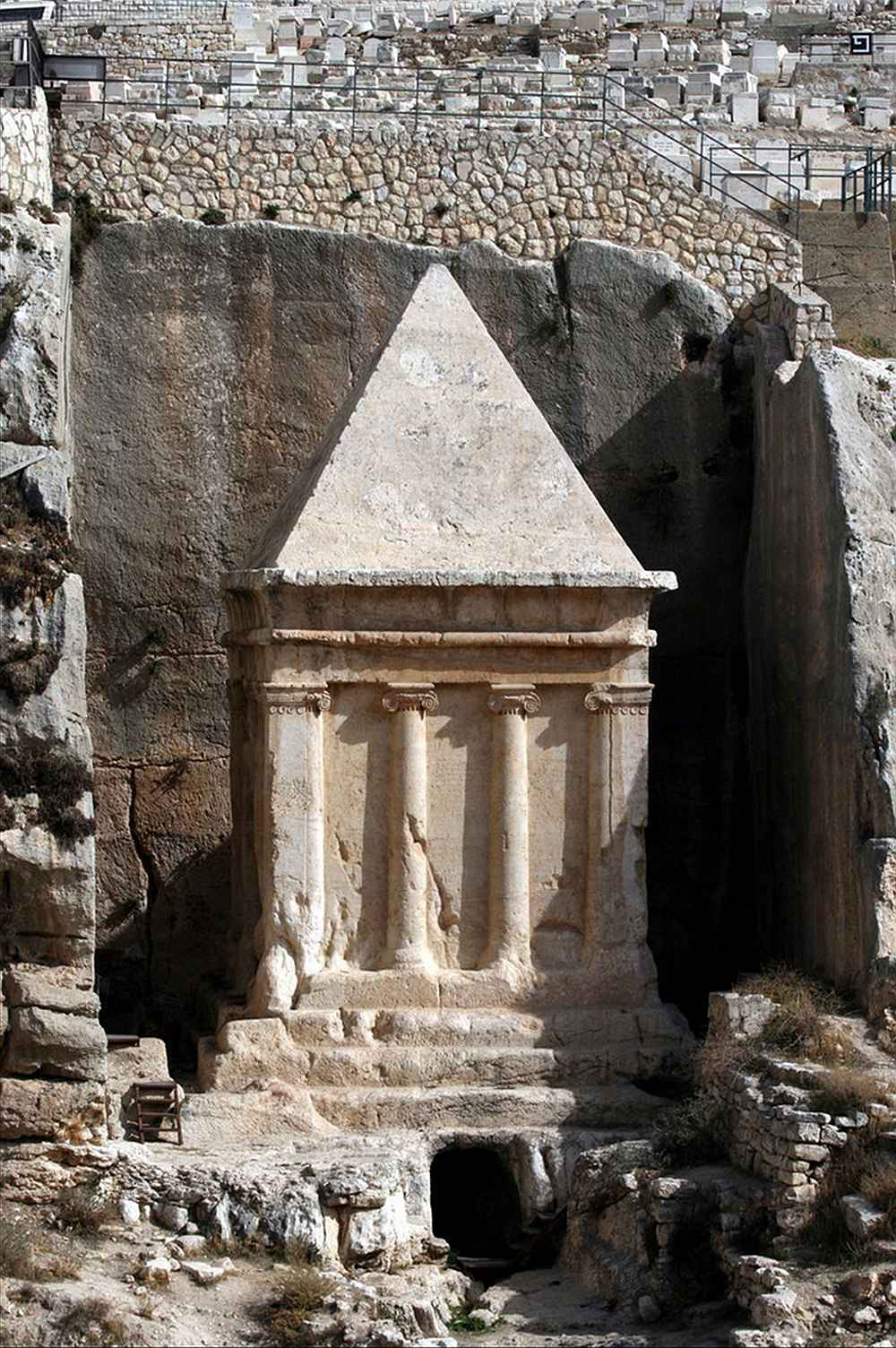 O monumento conhecido como 'Túmulo de Zacarias',  no Monte das Oliveiras, Jerusalém,  permite imaginar como foi o mausoléu dos Macabeus