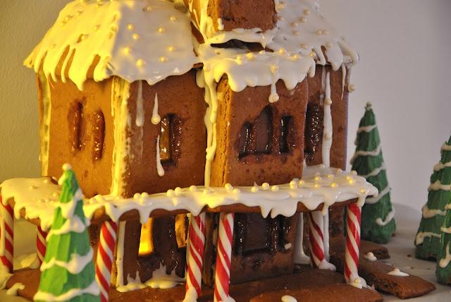 Lebkuchenhaus mit Zuckerstangen und Royal Icing