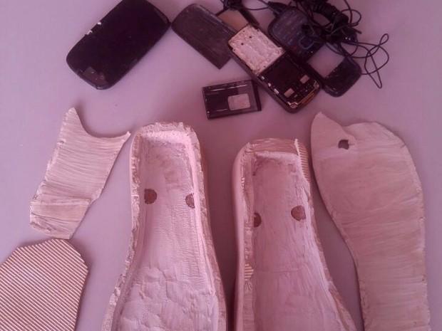 Mulher é flagrada com celulares nas sandálias em presídio de Fortaleza