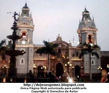 Foto de la Catedral de Lima (Iglesia Mayor del Perú). Foto de la Catedral tomada de noche por Jesus Gómez