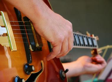 http://www.guitarcoast.com/2015/08/problemas-de-afinacao-na-guitarra.html