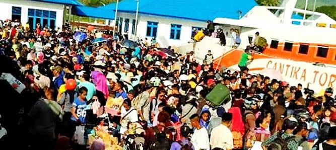 Penumpang di Pelabuhan Tulehu, Kecamatan Salahutu, Pulau Ambon pada H - 1 Perayaan Natal membludak sehingga petugas, baik kesyahbandaraan maupun polisi kewalahan mengatur aktivitas keberangkatan antarpulau.
