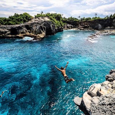 foto jump cliff di nusa ceningan bali
