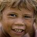 Menino criado por orangotangos selvagens é descoberto na Malásia e choca autoridades locais
