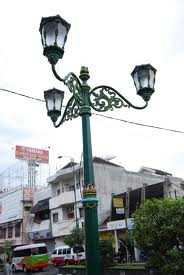 tiang lampu jalan tiga lengan