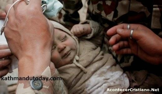 Bebé rescatado de entre escombros de terremoto