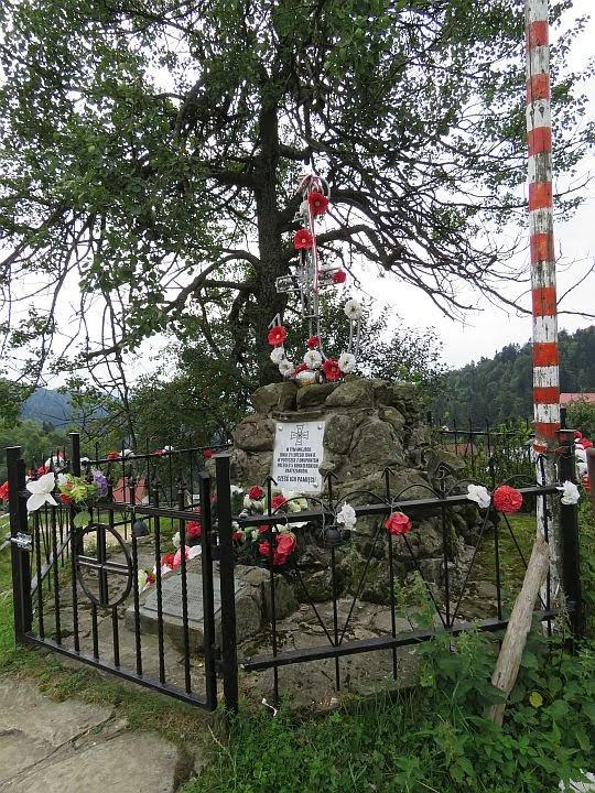 Pomnik upamiętniający poległych partyzantów.