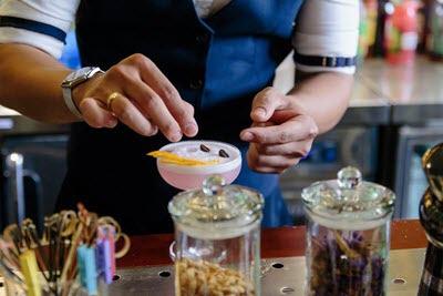bartender-co-vi-giac-va-doi-tay-kheo-leo