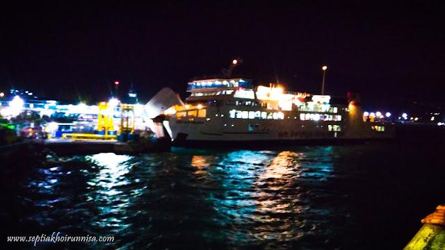 suasana malam di kapal ferry