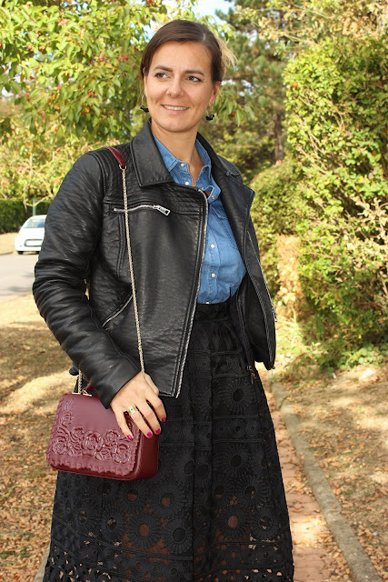 escarpins dune london, jupe en dentelle noire Maje, chemise en jean, les petites bulles de ma vie