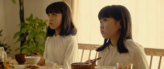 las hermanas de Ichigo desayunando cuencos con palillos, también vemos salmón frito